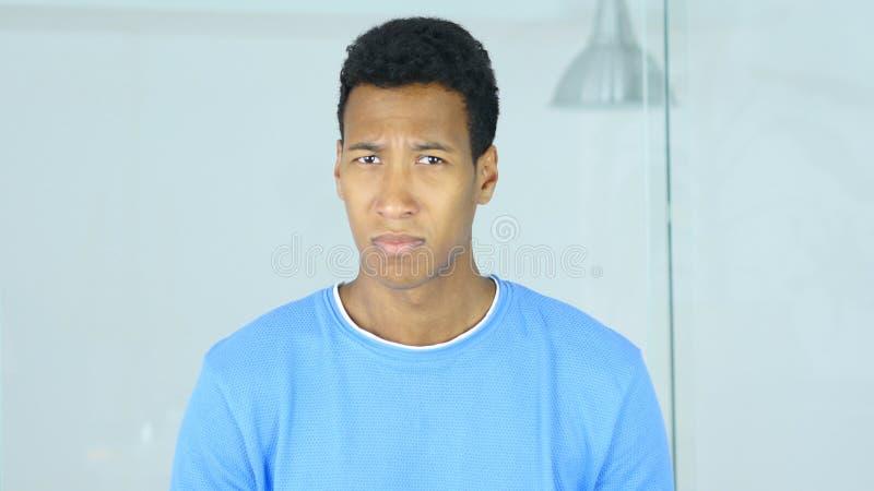 Ritratto dell'uomo afroamericano triste che guarda in camera immagine stock