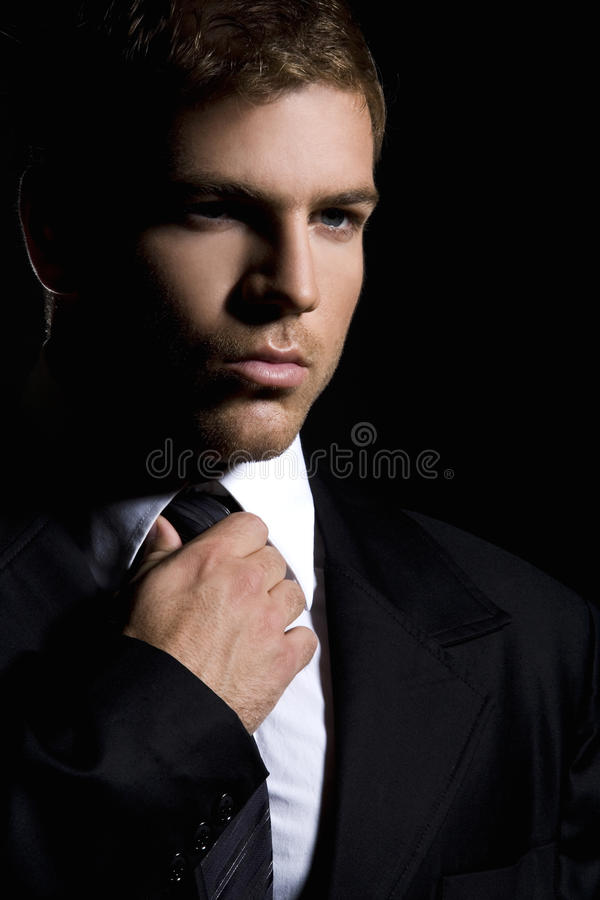Ritratto dell'uomo alla moda bello in vestito nero elegante immagine stock