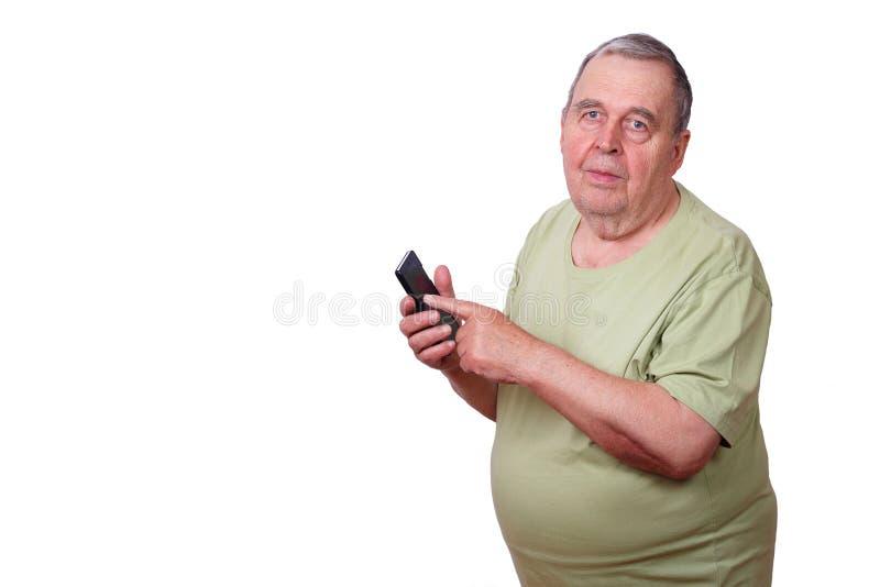 Ritratto dell'uomo anziano che per mezzo del telefono cellulare, Semplice ed approssimativo fotografia stock libera da diritti