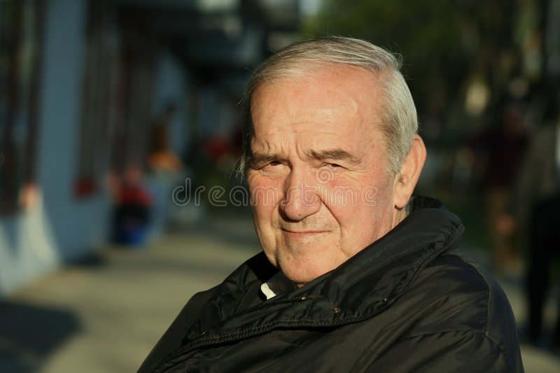 Ritratto dell'uomo anziano premuroso fotografia stock libera da diritti