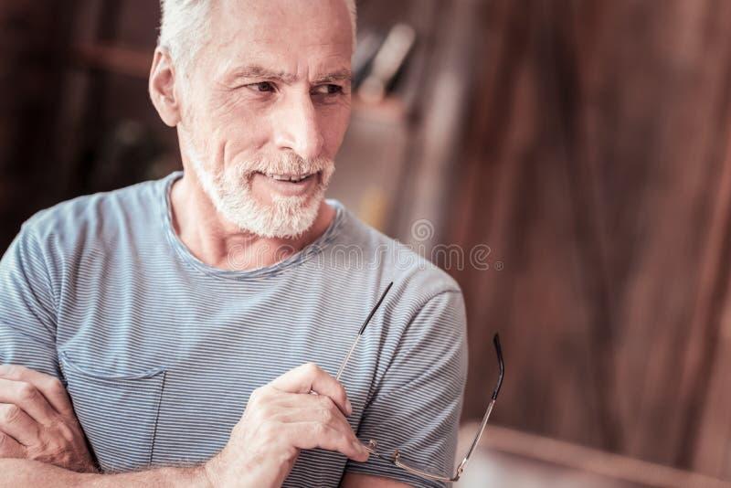 Ritratto dell'uomo anziano premuroso con i vetri immagini stock