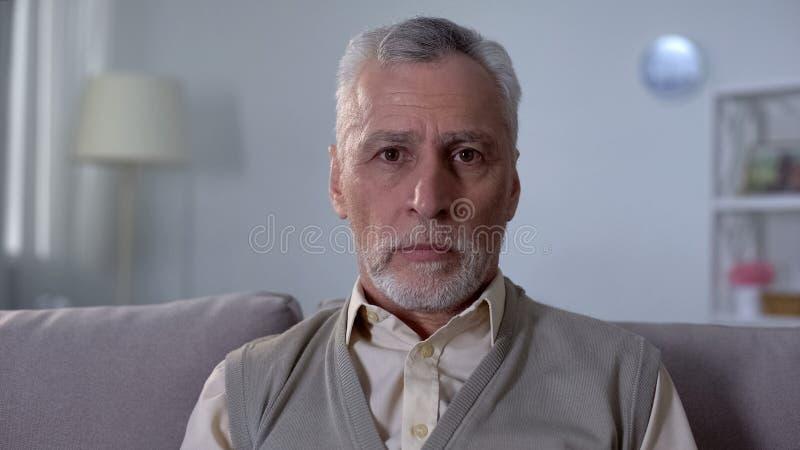 Ritratto dell'uomo anziano triste che ritiene solo ed impotente, insicurezza di pensionamento fotografia stock libera da diritti