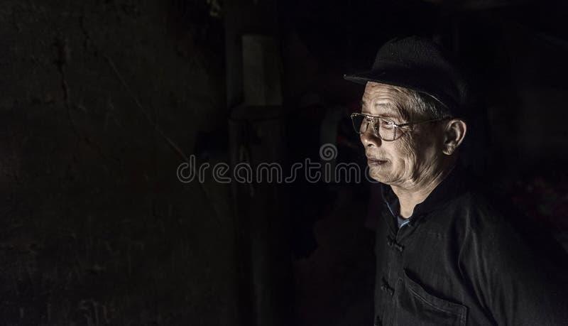 Ritratto dell'uomo anziano in un piccolo villaggio in Sapa, Vietnam fotografia stock libera da diritti