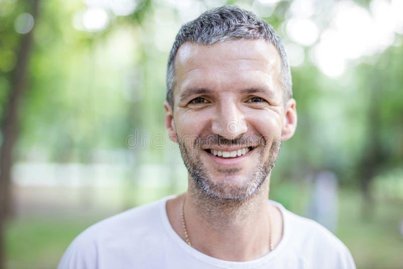 Ritratto dell'uomo attraente felice all'aperto immagine stock