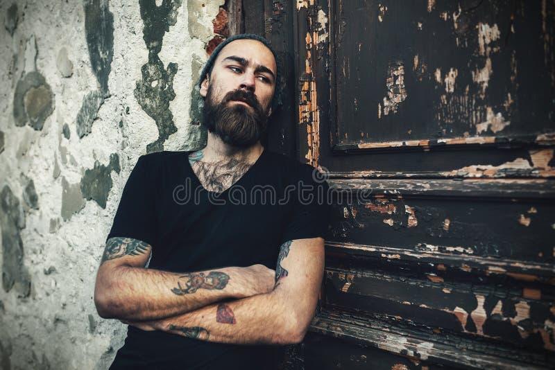 Ritratto dell'uomo barbuto brutale che porta maglietta in bianco immagine stock libera da diritti