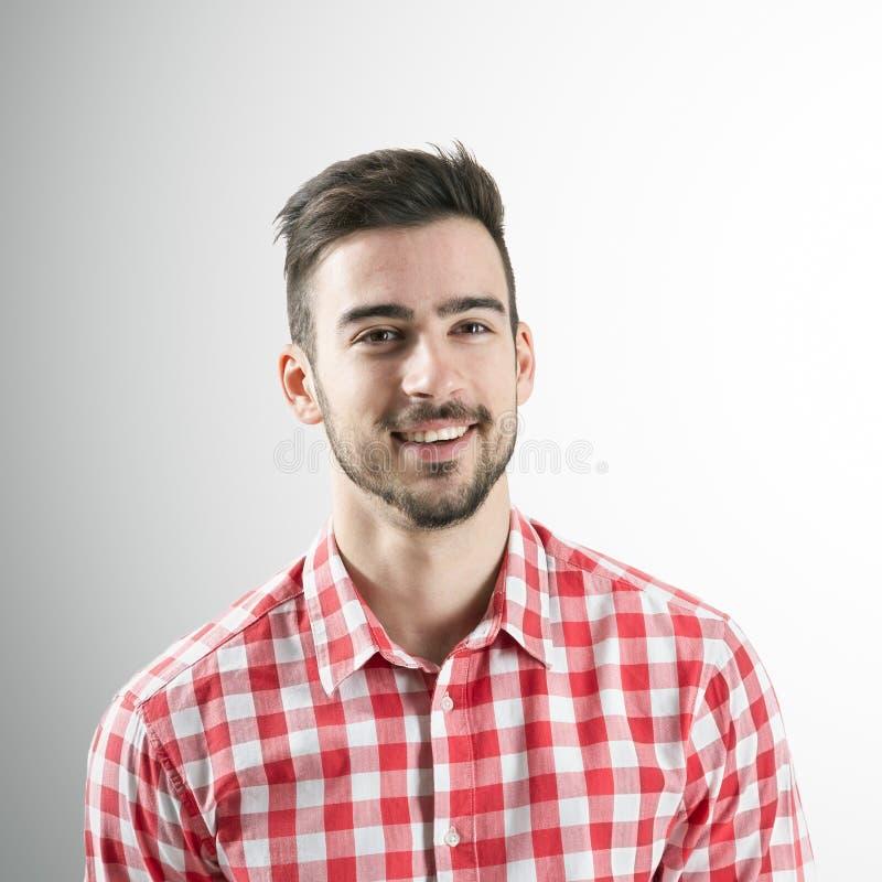 Ritratto dell'uomo barbuto sorridente spontaneo fotografia stock libera da diritti