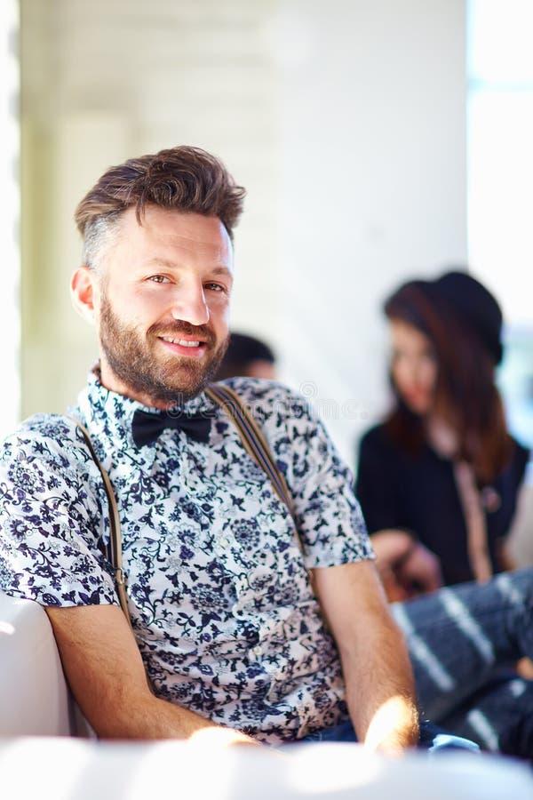 Ritratto dell'uomo bello alla moda fotografia stock libera da diritti