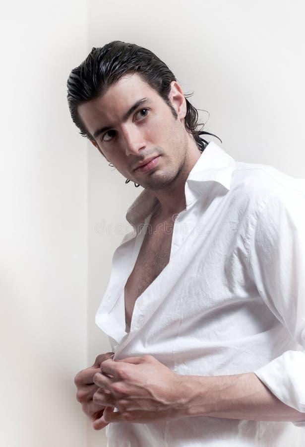 Ritratto dell'uomo bello dai capelli lunghi fotografie stock libere da diritti