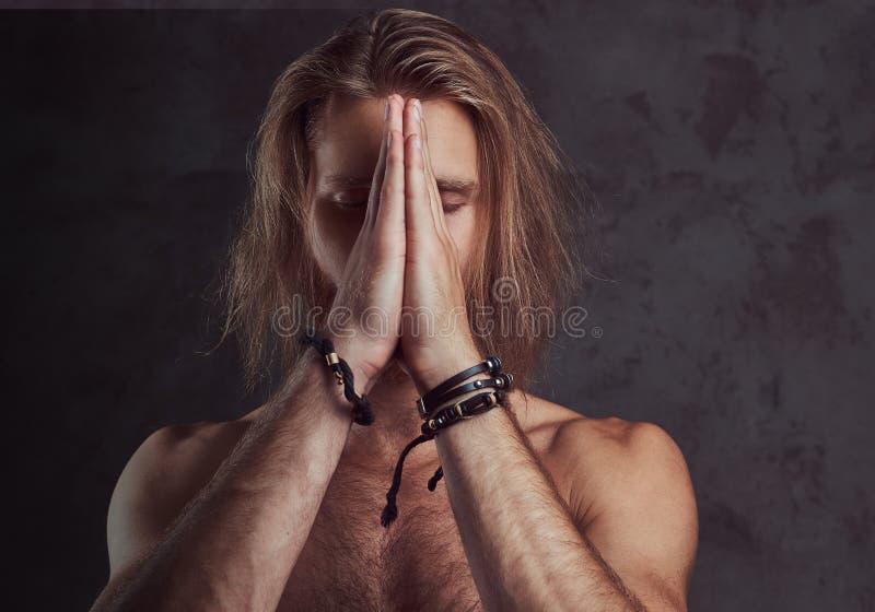 Ritratto dell'uomo bello della testarossa senza camicia, isolato su fondo scuro immagini stock libere da diritti
