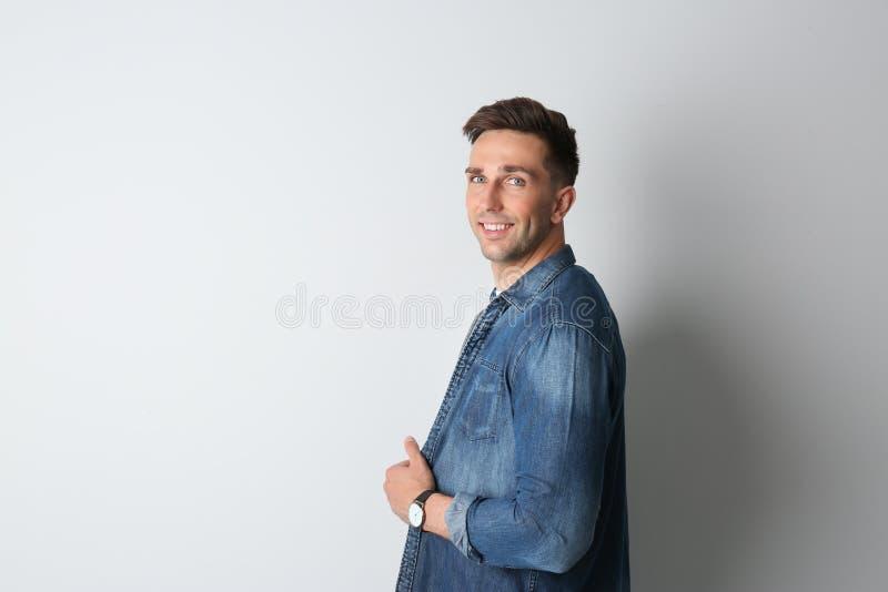 Ritratto dell'uomo bello su fondo leggero Spazio per fotografia stock