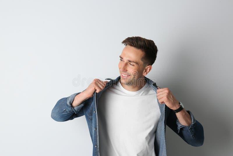 Ritratto dell'uomo bello su luce immagini stock libere da diritti