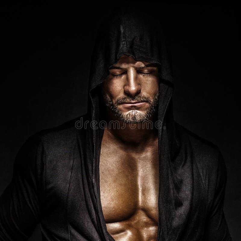 Ritratto dell'uomo in cappuccio. fotografia stock