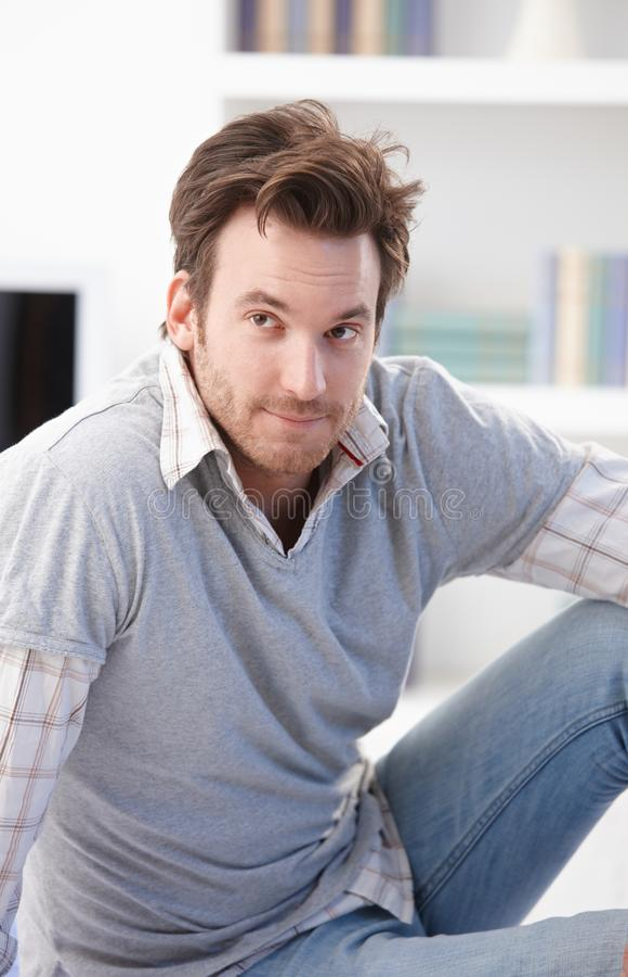 Ritratto dell'uomo casuale con lo sguardo interrogante fotografia stock