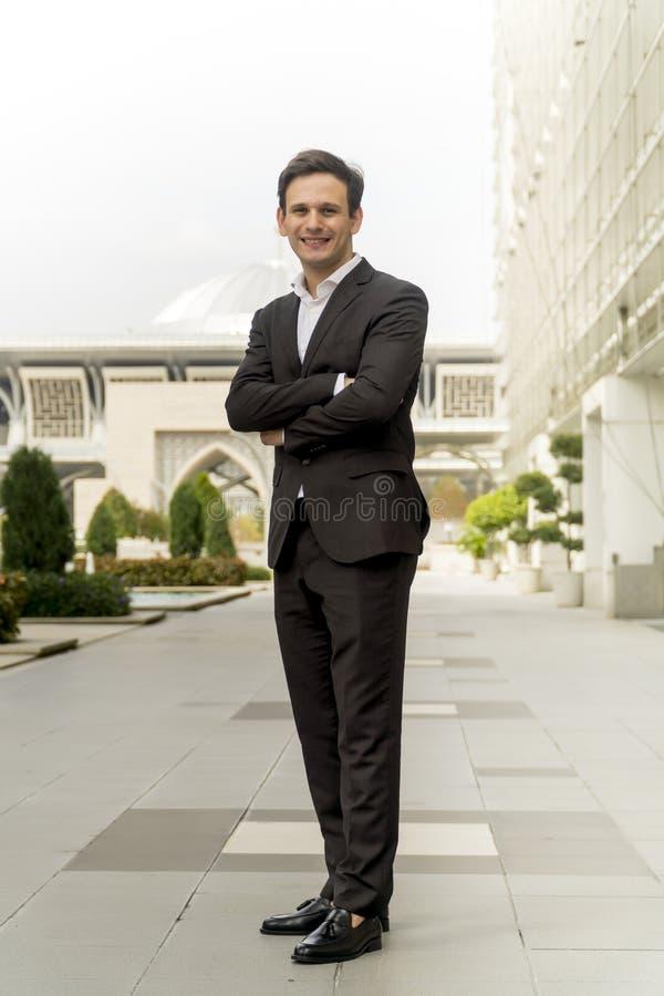 Ritratto dell'uomo caucasico in piedi davanti alla moschea fotografia stock