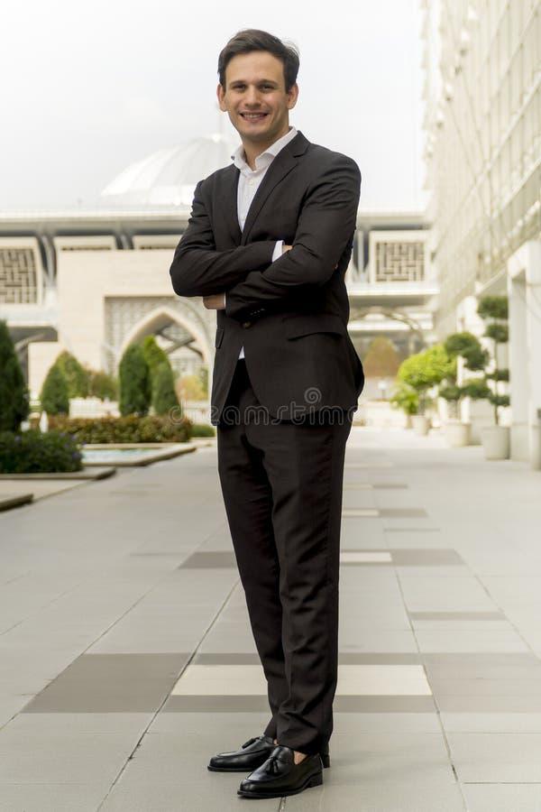 Ritratto dell'uomo caucasico in piedi davanti alla moschea immagini stock