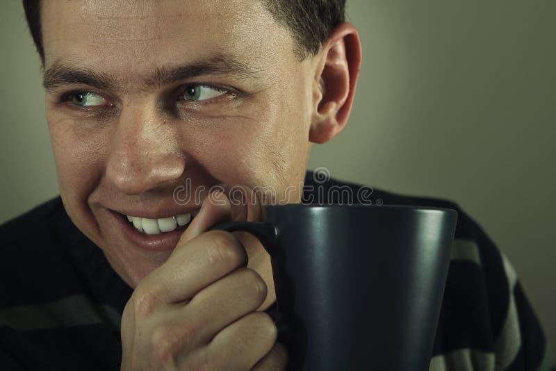 Ritratto dell'uomo che beve bevanda calda fotografia stock libera da diritti