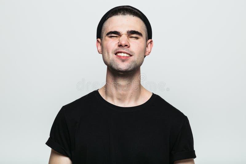 Ritratto dell'uomo, che resiste al dolore con il sorriso fotografia stock libera da diritti