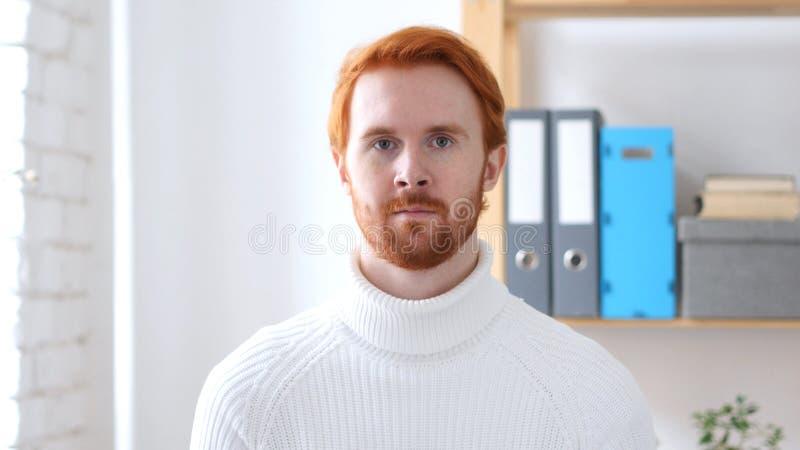 Ritratto dell'uomo con i capelli rossi, guardante in camera immagine stock