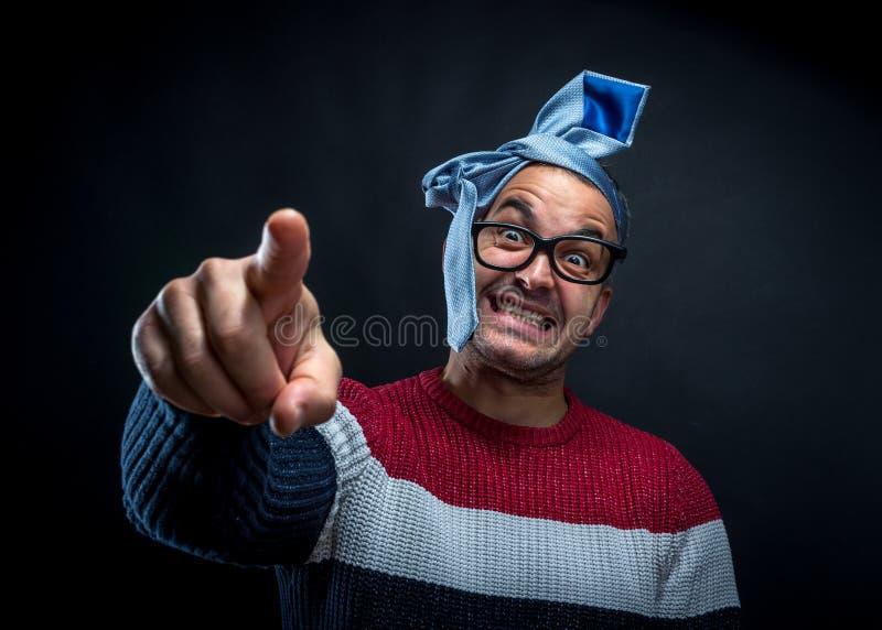 Ritratto dell'uomo con il legame sulla sua testa isolata immagine stock