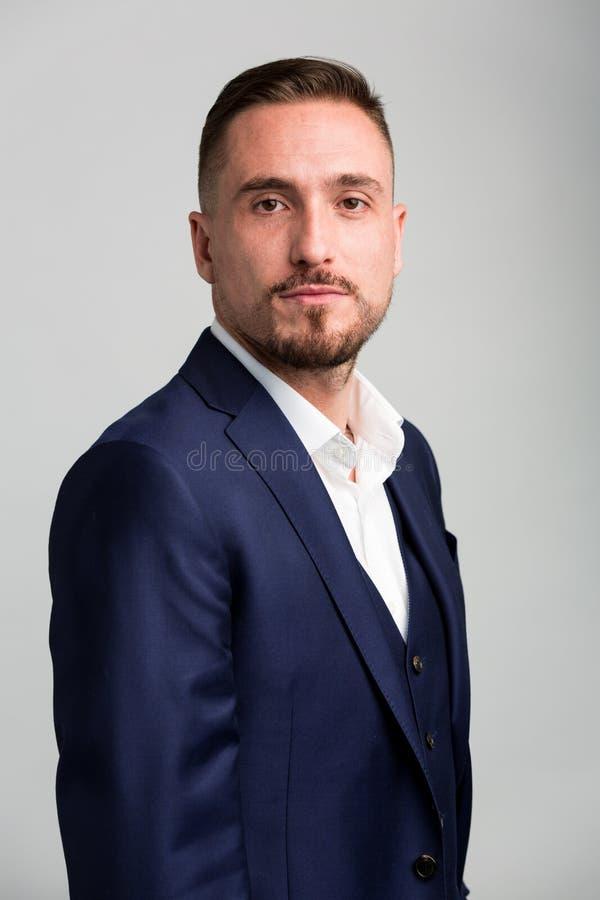 Ritratto dell'uomo con il vestito d'uso dei capelli facciali immagini stock