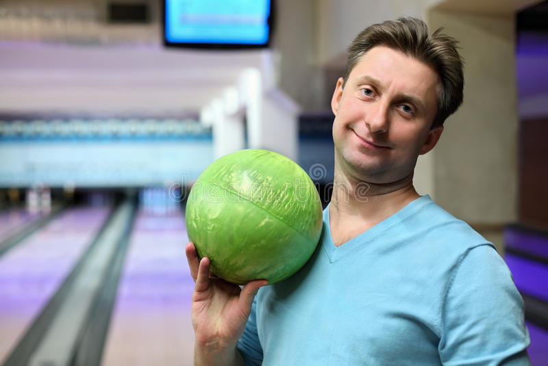 Ritratto dell'uomo con la sfera per il bowling fotografia stock