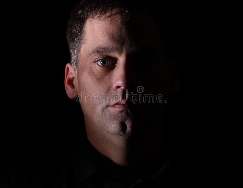 Ritratto dell'uomo con lo sguardo serio fotografia stock libera da diritti