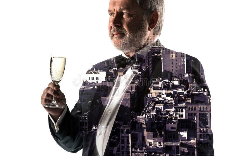 Ritratto dell'uomo d'affari barbuto Città di doppia esposizione sui precedenti fotografia stock libera da diritti
