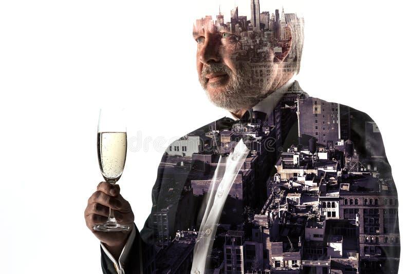Ritratto dell'uomo d'affari barbuto Città di doppia esposizione sui precedenti fotografie stock