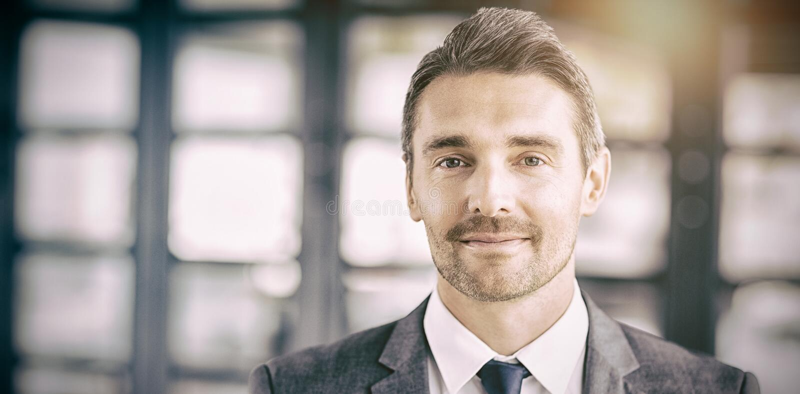 Ritratto dell'uomo d'affari bello sicuro fotografie stock