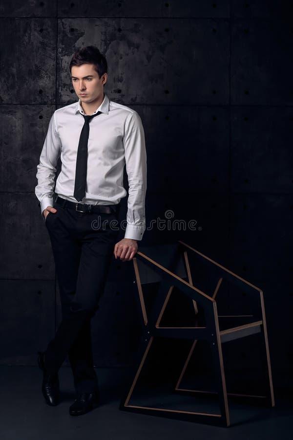 Ritratto dell'uomo d'affari in camicia ed in legame bianchi fotografie stock