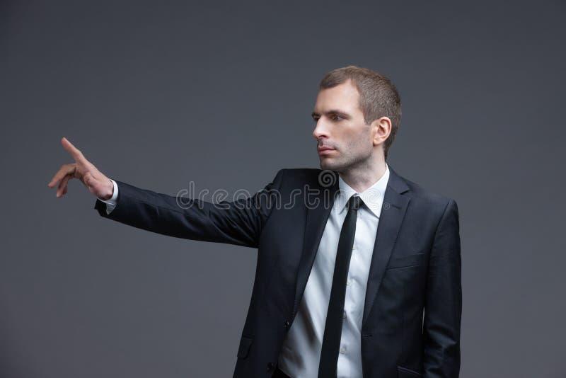 Ritratto dell'uomo d'affari che indica i gesti di mano fotografia stock libera da diritti