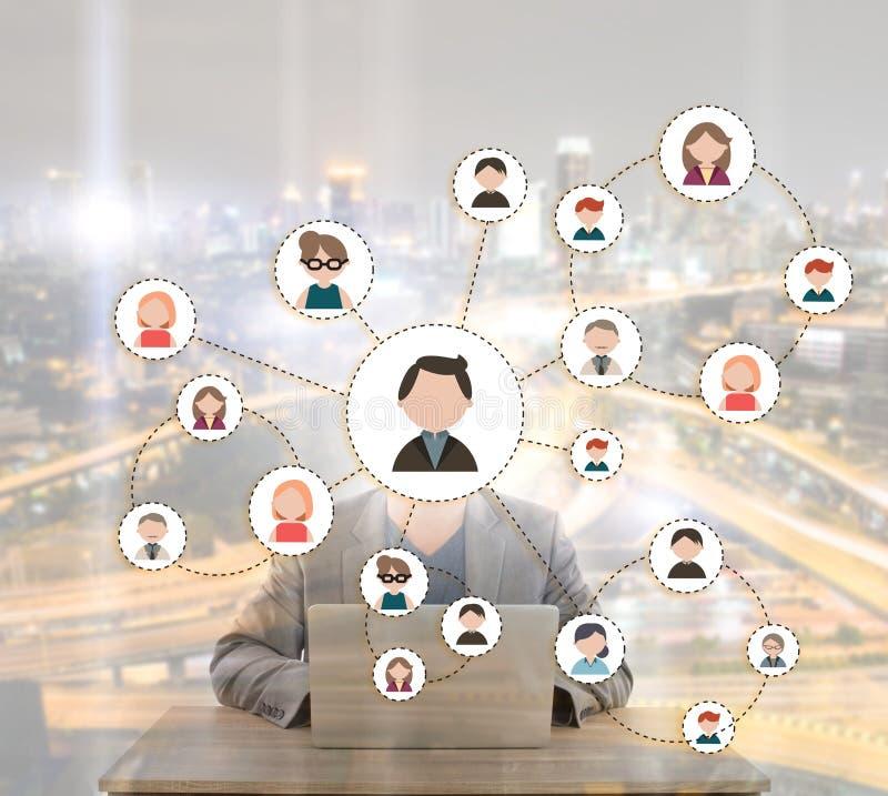 Ritratto dell'uomo d'affari con il computer portatile su backgroun bianco fotografia stock