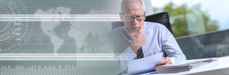 Ritratto dell'uomo d'affari maturo che controlla un documento Bandiera panoramica immagine stock