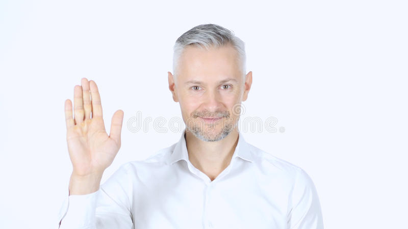 Ritratto dell'uomo d'affari Medio Evo Waving Hand, ad esempio ciao, Backgro bianco fotografia stock libera da diritti