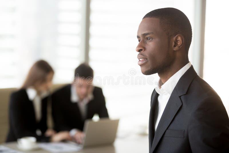 Ritratto dell'uomo d'affari nero pensieroso in ufficio fotografia stock libera da diritti