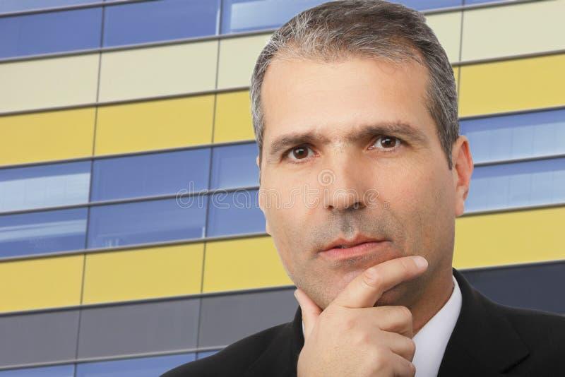 Ritratto dell'uomo d'affari premuroso bello immagine stock libera da diritti