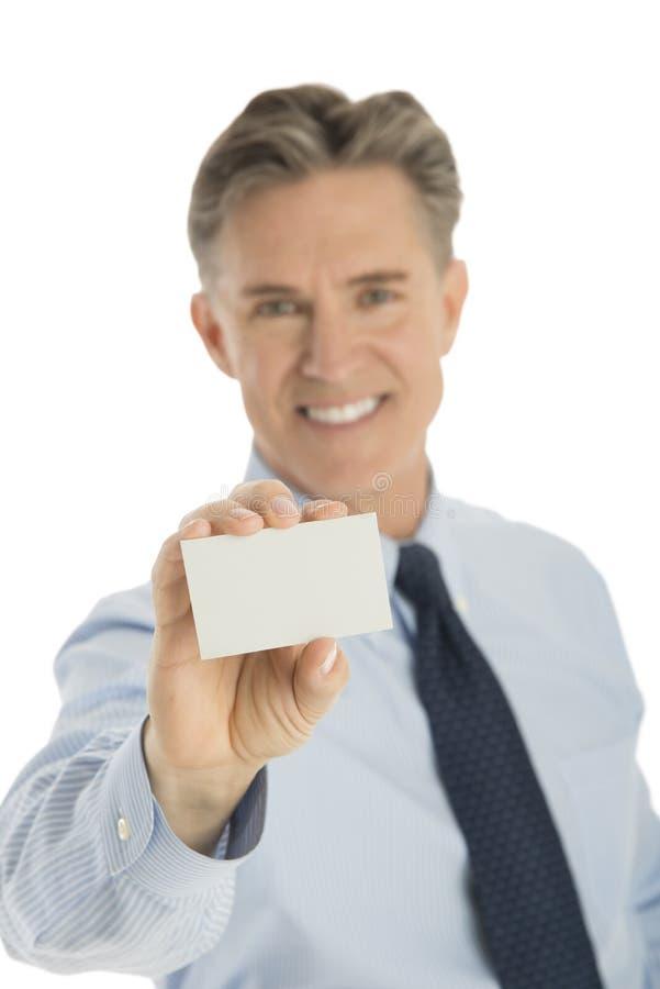 Ritratto dell'uomo d'affari sicuro Holding Blank Card fotografie stock