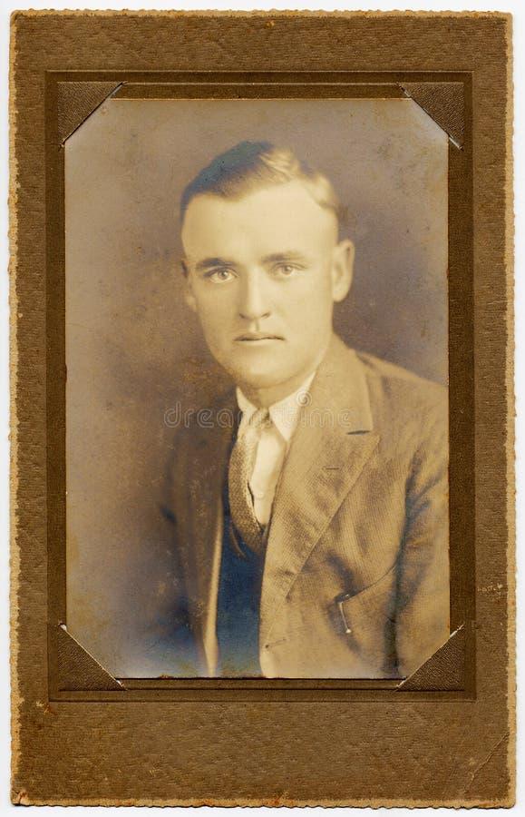 ritratto dell'uomo degli anni 20 nel telaio originale fotografia stock libera da diritti
