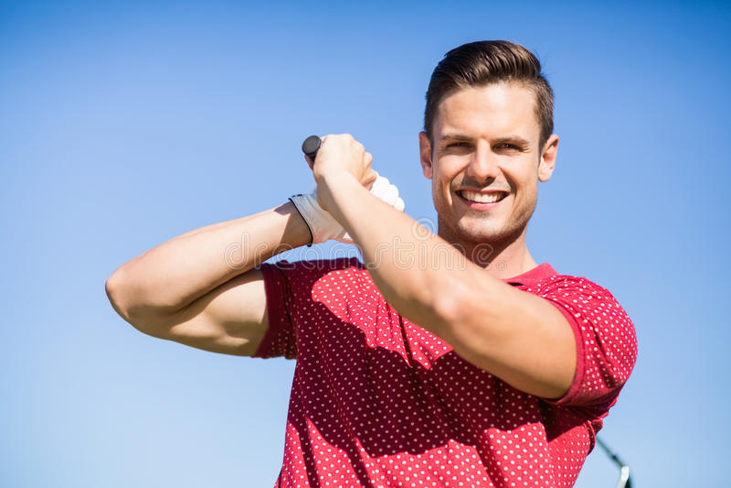 Ritratto dell'uomo del giocatore di golf che prende colpo immagine stock libera da diritti