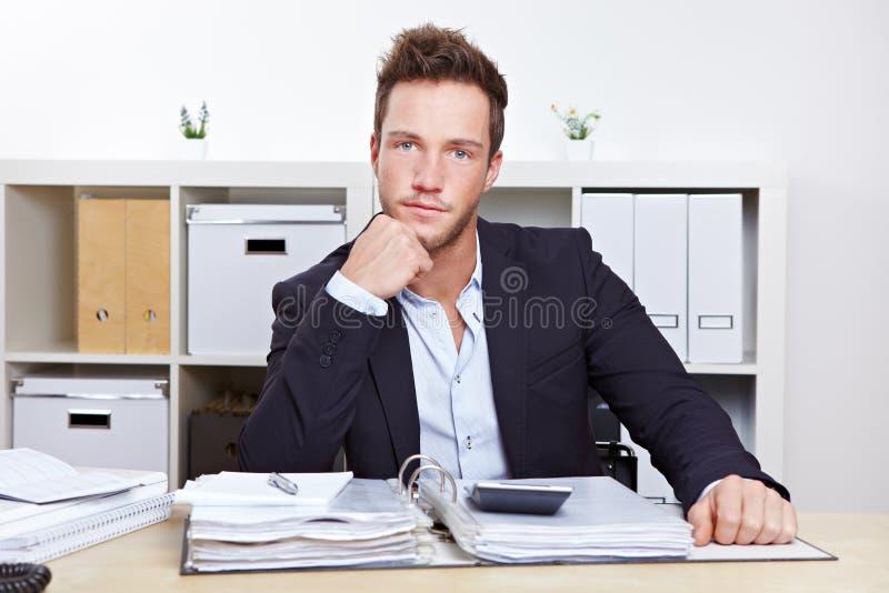 Ritratto dell'uomo di affari allo scrittorio immagini stock libere da diritti