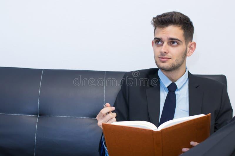 Ritratto dell'uomo di affari con il libro fotografia stock libera da diritti