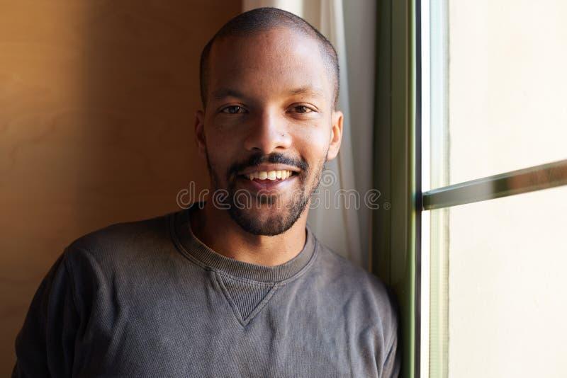 Ritratto dell'uomo di colore africano barbuto sorridente orizzontale fotografia stock