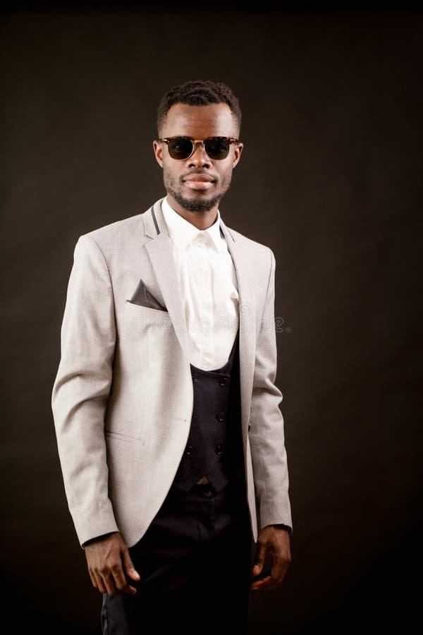 Ritratto dell'uomo di colore alla moda in occhiali da sole fotografie stock libere da diritti