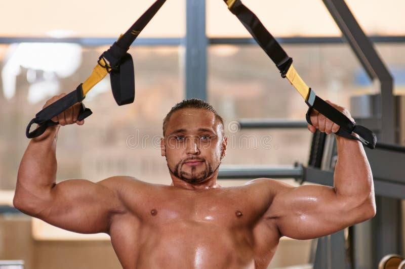 Ritratto dell'uomo di forma fisica TRX fotografie stock