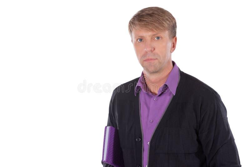 Ritratto dell'uomo di medio evo vestito in cardigan con un taccuino su fondo bianco fotografie stock libere da diritti