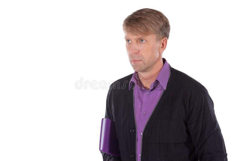 Ritratto dell'uomo di medio evo vestito in cardigan con un taccuino su fondo bianco immagini stock
