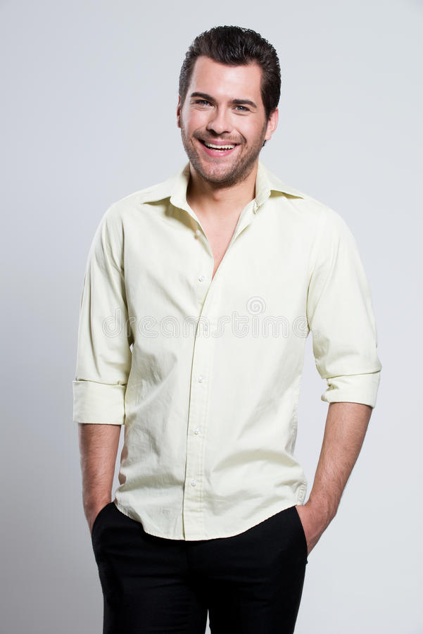 Ritratto dell'uomo felice in camicia gialla. immagine stock libera da diritti