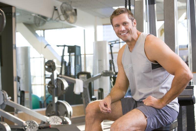Ritratto dell'uomo a ginnastica immagini stock