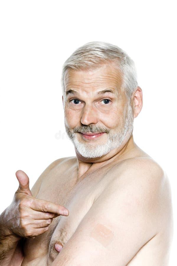 Ritratto dell'uomo maggiore che mostra la zona del nicotina fotografia stock