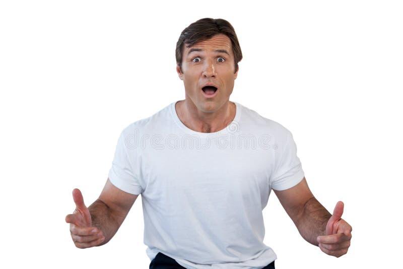 Ritratto dell'uomo maturo colpito che gesturing con la bocca aperta fotografie stock libere da diritti